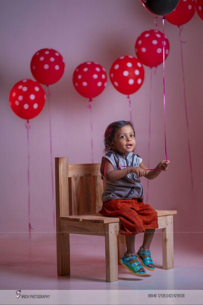 Kid holding baloon